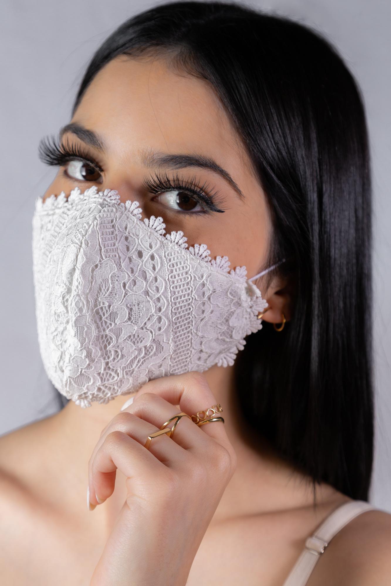 Máscara branca furtacor - Atelier Fernanda Baião Alta Costura, Estilista Ubá e Juiz de Fora